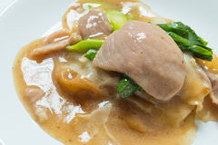 Rad Na,著名泰国中国式宽米线盘用鲜美嫩猪肉用浓小汤调味汁 关闭 库存图片
