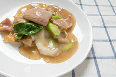 Rad Na,著名泰国中国式宽米线盘用鲜美嫩猪肉用浓小汤调味汁 关闭 库存照片