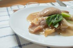 RAD NA, διάσημο ταϊλανδικό κινεζικό πιάτο νουντλς ρυζιού ύφους ευρύ με το νόστιμο τρυφερό χοιρινό κρέας με την παχιά σάλτσα ζωμού Στοκ Φωτογραφίες