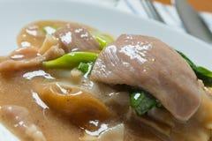 Rad Na berömd thailändsk för risnudel för kinesisk stil bred maträtt med smakligt mjukt griskött med tjock skysås close upp Royaltyfria Bilder