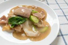 Rad Na berömd thailändsk för risnudel för kinesisk stil bred maträtt med smakligt mjukt griskött med tjock skysås close upp arkivfoto