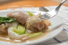 Rad Na berömd thailändsk för risnudel för kinesisk stil bred maträtt med smakligt mjukt griskött med tjock skysås slut upp med ga Fotografering för Bildbyråer