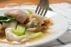 Rad Na berömd thailändsk för risnudel för kinesisk stil bred maträtt med smakligt mjukt griskött med tjock skysås slut upp med ga royaltyfria bilder