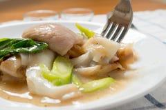Rad Na, Sławny Tajlandzki Chińskiego stylu ryżowego kluski szeroki naczynie z smakowitą czułą wieprzowiną z gęstym sosu kumberlan Fotografia Royalty Free