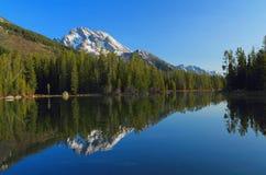 Rad sjö och montering Moran, storslagen Teton nationalpark, Wyoming royaltyfri foto