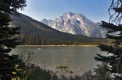Rad sjö, storslagen Teton nationalpark, Wyoming, USA royaltyfri fotografi