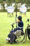 Rad-Stuhl-Bogenschießen für untaugliche Personen stockfoto