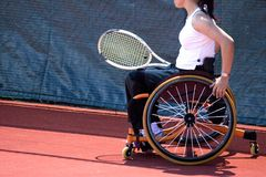 Rad-Stuhl-Tennis für untaugliche Personen (Frauen) Stockbilder