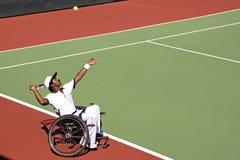 Rad-Stuhl-Tennis für untaugliche Personen (Männer) Stockbilder