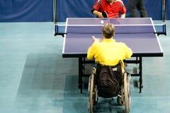 Rad-Stuhl-Tischtennis für untaugliche Personen lizenzfreie stockfotografie