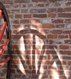 Rad-und Speiche-Schatten auf Wand Stockbild