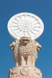 Rad von Dhamma oder Rad des Gesetzes oder Rad des Lebens auf BAC des blauen Himmels Stockfotografie