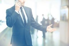 Rada nad telefonem konsultant opowiada klient na mądrze obraz stock