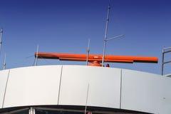 Radar à l'aéroport et au ciel bleu Photographie stock