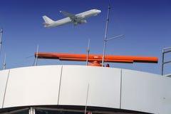 Radar à l'aéroport et au ciel bleu Images libres de droits