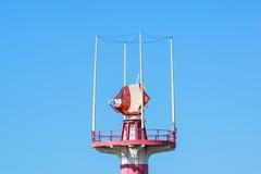 Radar in aeroporto, controllo del traffico aereo e cielo blu Immagine Stock