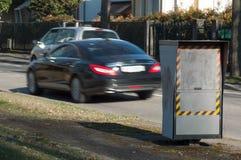 Radar automatico nella città con le automobili vaghe su fondo fotografia stock