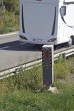 Radar automatique de contrôle de vitesse sur une route française image libre de droits