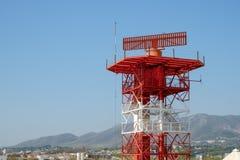 Radar dans l'aéroport et le contrôle du trafic aérien Images libres de droits