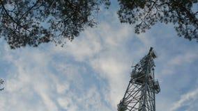 Radar de giro do prato na torre móvel muito alta da pilha da conexão vista de baixo de video estoque