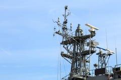 Radar de navire de guerre au port en Thaïlande sur le ciel bleu image libre de droits