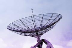 Radar de uma comunicação em um céu nebuloso foto de stock