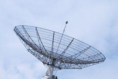 Radar de uma comunicação em um céu nebuloso imagens de stock