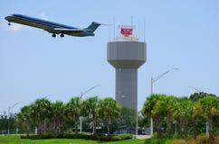 Radar dell'aeroporto con il decollo piano Fotografia Stock Libera da Diritti