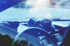 Radar di polizia dentro del volante della polizia La pattuglia controlla il traffico sulla a immagine stock libera da diritti
