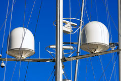 Radar et tour de communication sur un yacht Photo stock