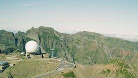 Radar för flyg- sikt som lokaliseras på det bästa berget stock video
