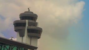 Radar för kontrolltorn vid slutlig byggnad för flygplats mot himmel arkivfilmer