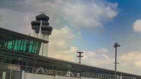Radar för kontrolltorn vid slutlig byggnad för flygplats mot himmel stock video