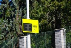 Radar-Geschwindigkeits-Zeichen, das Kilometer zeigt Stockfoto