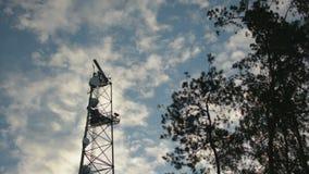 Radar girante del piatto sul cielo blu della torre di telecomunicazione nel tramonto crepuscolare video d archivio
