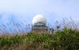 Radar meteorológico e Silvergrass Foto de Stock
