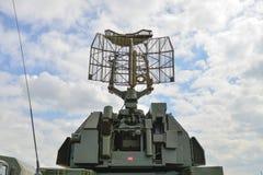 Radar militar de la antena en el fondo del cielo azul fotos de archivo libres de regalías