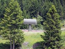 Radar militar en la base secreta ocultada en el bosque Imagen de archivo libre de regalías