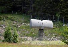 Radar militar verde en una base secreta ocultada en el bosque de Imagenes de archivo