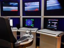 Radar moderno de las pantallas de la consola de control de la nave fotografía de archivo