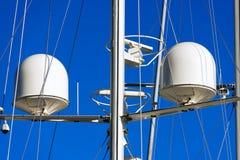Radar och kommunikationstorn på en yacht Arkivfoto