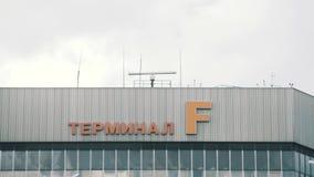 Radar que gira sobre a construção terminal de aeroporto filme