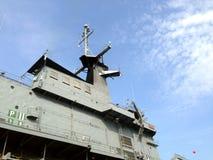 Radar sur le cuirassé avec le fond de ciel bleu Photos libres de droits