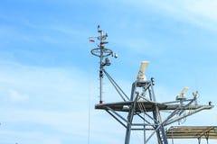 Radar van oorlogsschip bij de haven in Thailand op blauwe hemel stock afbeelding