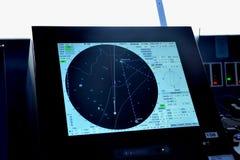 Radar y pantalla de la ubicación en el puente del barco de cruceros del pasajero Fotografía de archivo libre de regalías