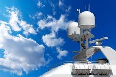 Radar y torre de comunicación en un yate Fotos de archivo libres de regalías