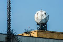 Radarantenne in Tempelhof Luchthaven in Berlijn stock afbeeldingen