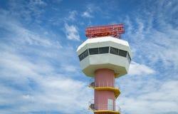 Radarkommunikationstorn och trevlig himmel Arkivbilder