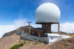 Radarowa stacja na szczyciefal tg0 0n w tym stadium Pico robi Arieiro, madery wyspa Zdjęcia Royalty Free