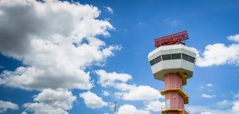 Radarowy komunikacyjny wierza i ładny niebo Obrazy Stock